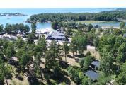Flygbild med utsikt mot havet vid Käringsund Resort & Conference.