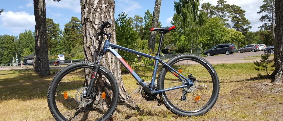 MTB-cykel står lutad mot ett träd vid Käringsund Resort & Conference.