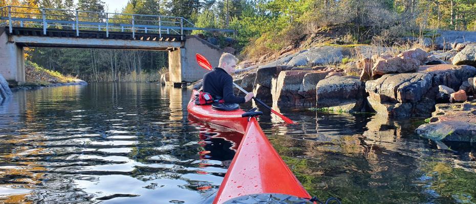 Kajakturer med guide genom skyddade kanaler eller öppet hav vid fint väder.