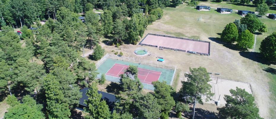 Tennis, boule, beachvolley, cage football, table tennis and minigolf next to eachother