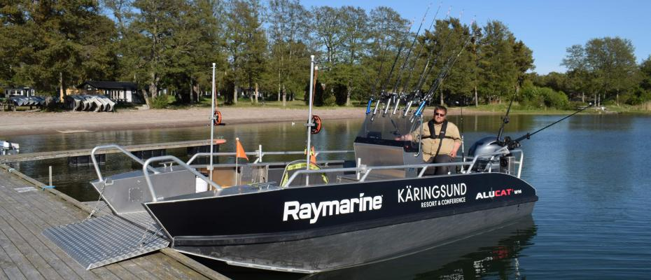 Rampförsedd Alucat catamaran även för fiske med rullstol.